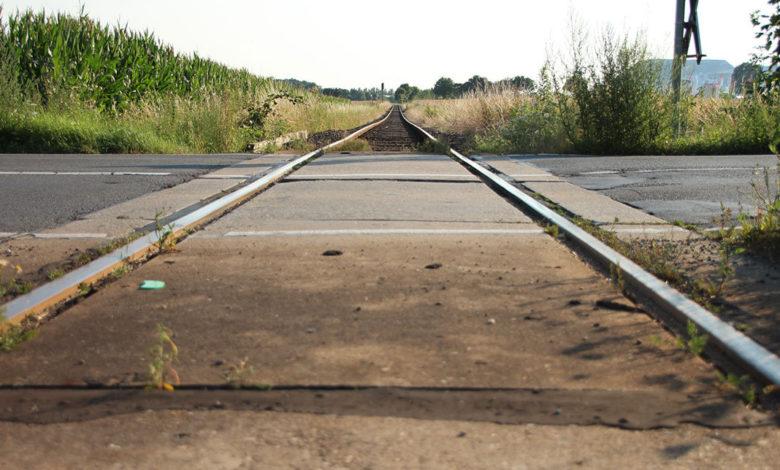 Bahnübergang der Kalibahn an der Hagenburgerstraße. Im Hintergrund der Kaliberg.   Foto: Mirko Baschetti