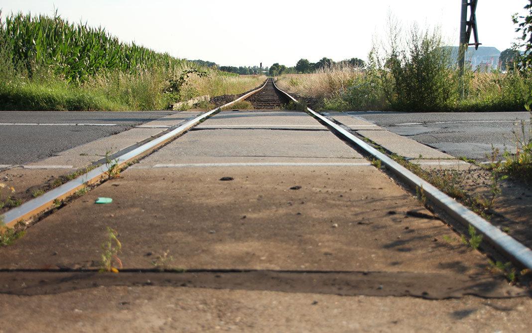 Bahnübergang der Kalibahn an der Hagenburgerstraße. Im Hintergrund der Kaliberg. | Foto: Mirko Baschetti