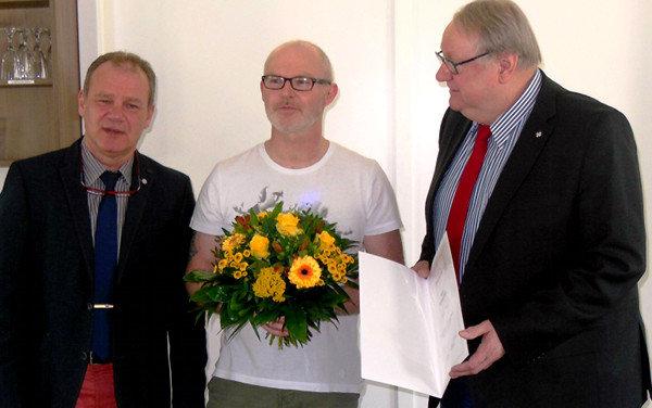 Macht auch im T-Shirt eine gute Figur: Bernd Stühmann (li.) und Hermann Fraatz (re.) danken Michael Merz | Bild: Johanniter
