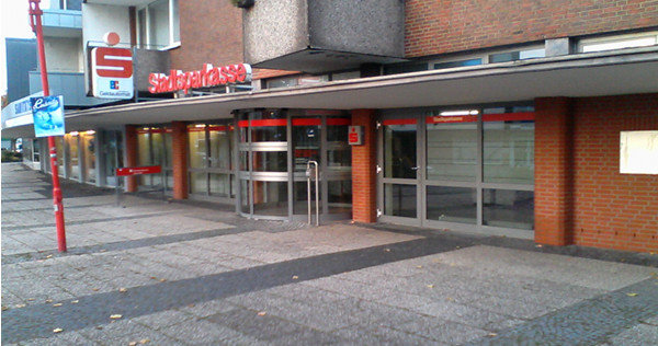 Geisterfiliale: Hinter der Fassade warten nur noch Automaten (hier: Barneplatz) | Bild: Daniel Schneider