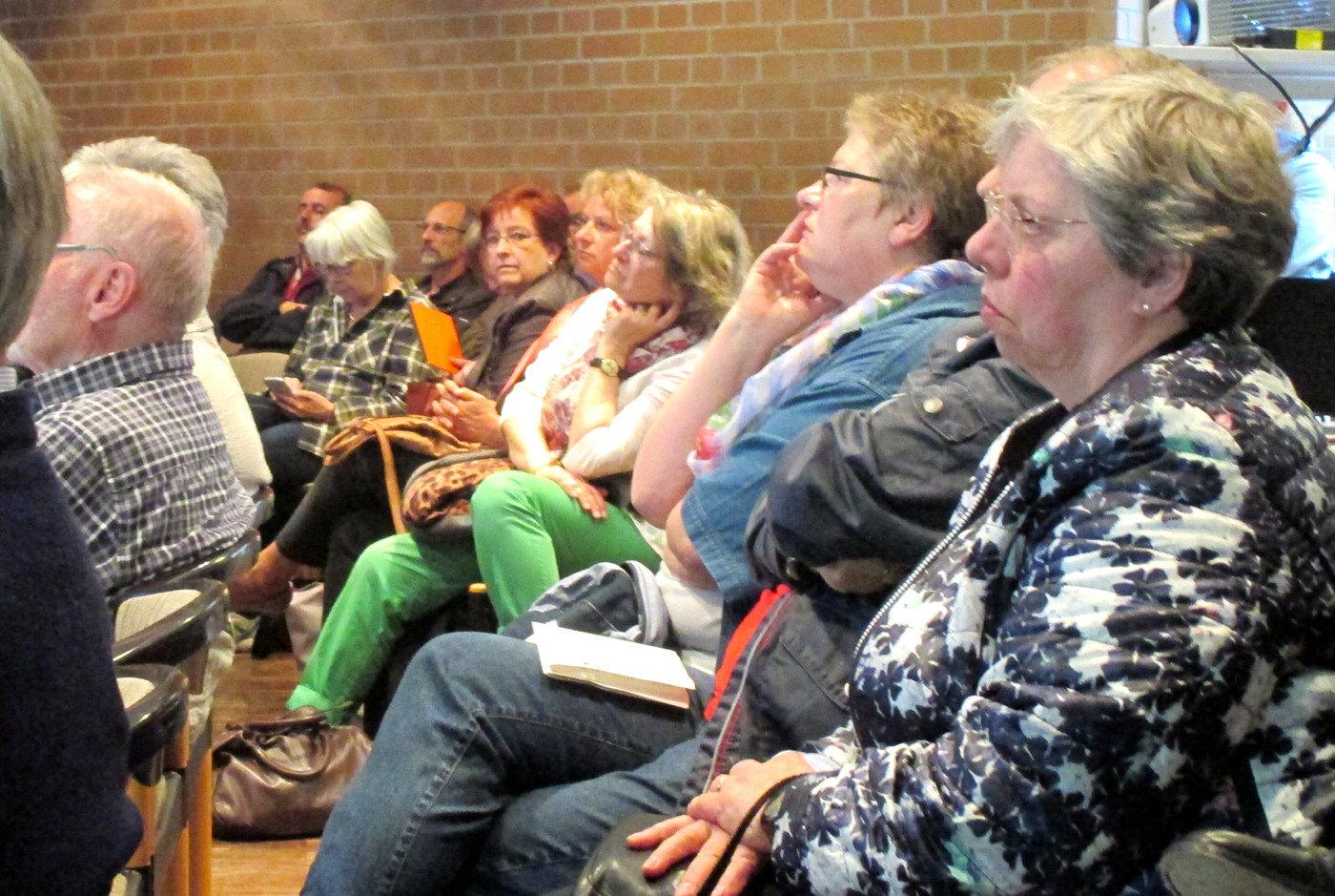 Knapp zwei Dutzend Zuhörer informierten sich am Abend über die mögliche Zukunft des Barneplatzes | Bild: Daniel Schneider
