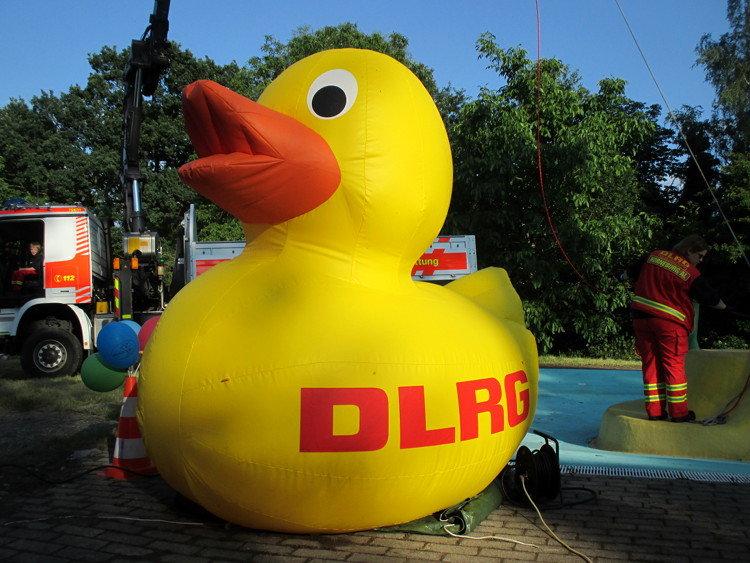 Nein, der Kranlastwagen im Hintergrund wurde nicht für die Ente, sondern für den Tauchturm benötigt | Foto: Daniel Schneider