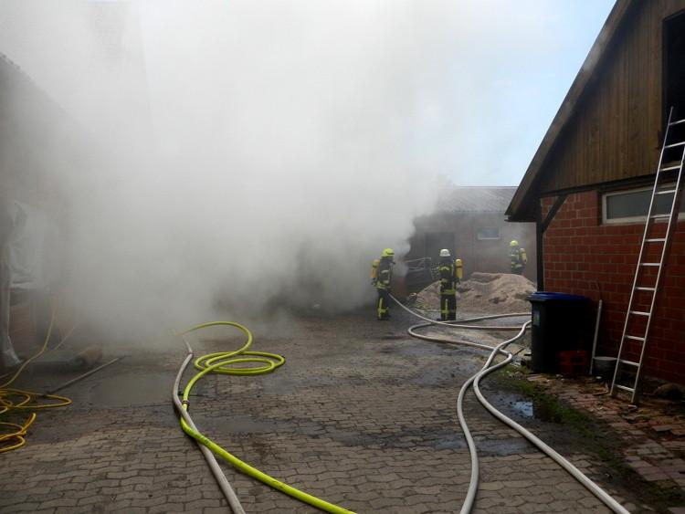 Löscharbeiten während des Feuers im Holzlager | Foto: Feuerwehr Sachsenhagen