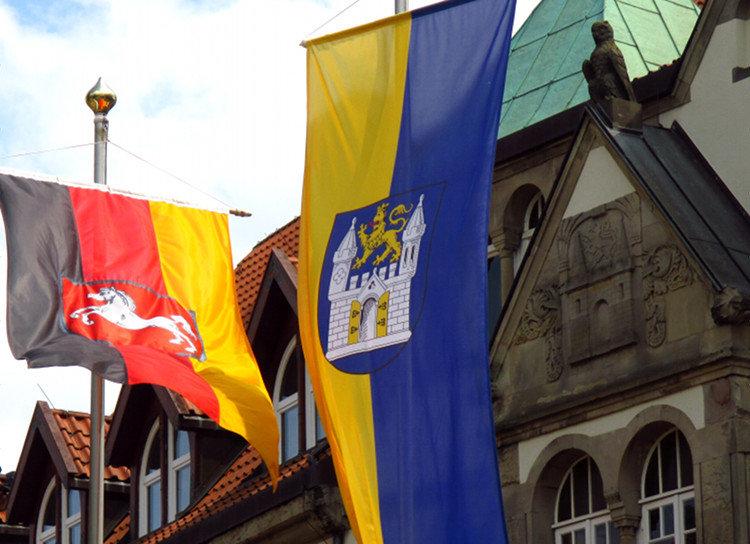 Niedersachsenflagge neben Wunstorfer Flagge