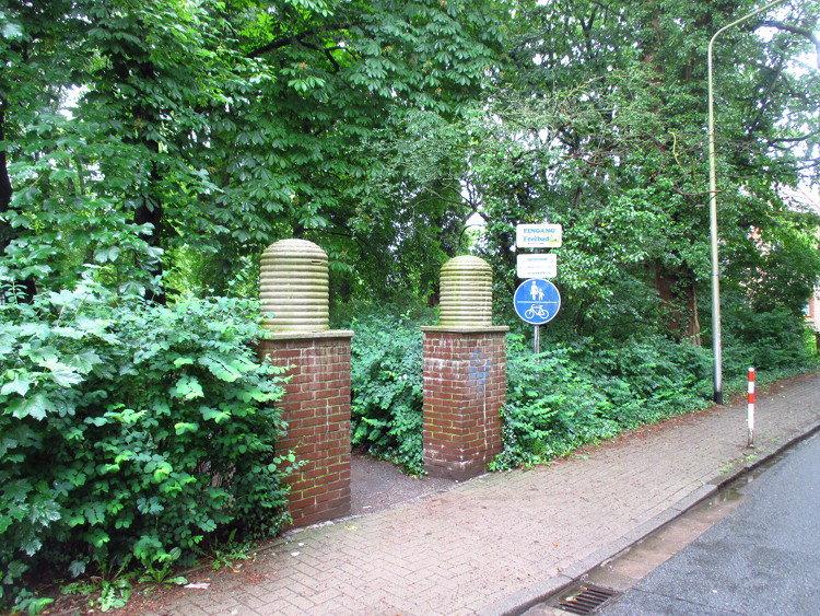 """""""Bienenkörbe"""" markieren den Eingang zum Areal"""