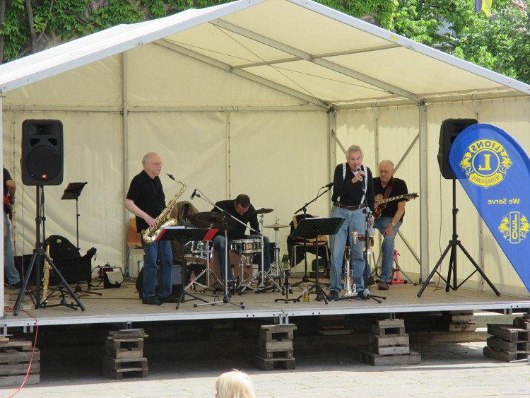 Noch hält die Bühne: die Swing Town Jazzmen lassen es grooven | Foto: Daniel Schneider