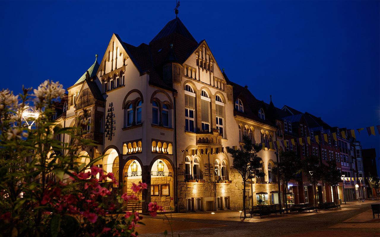 Das illuminierte Wunstorfer Rathaus bei Nacht. | Foto: Leon Beisse