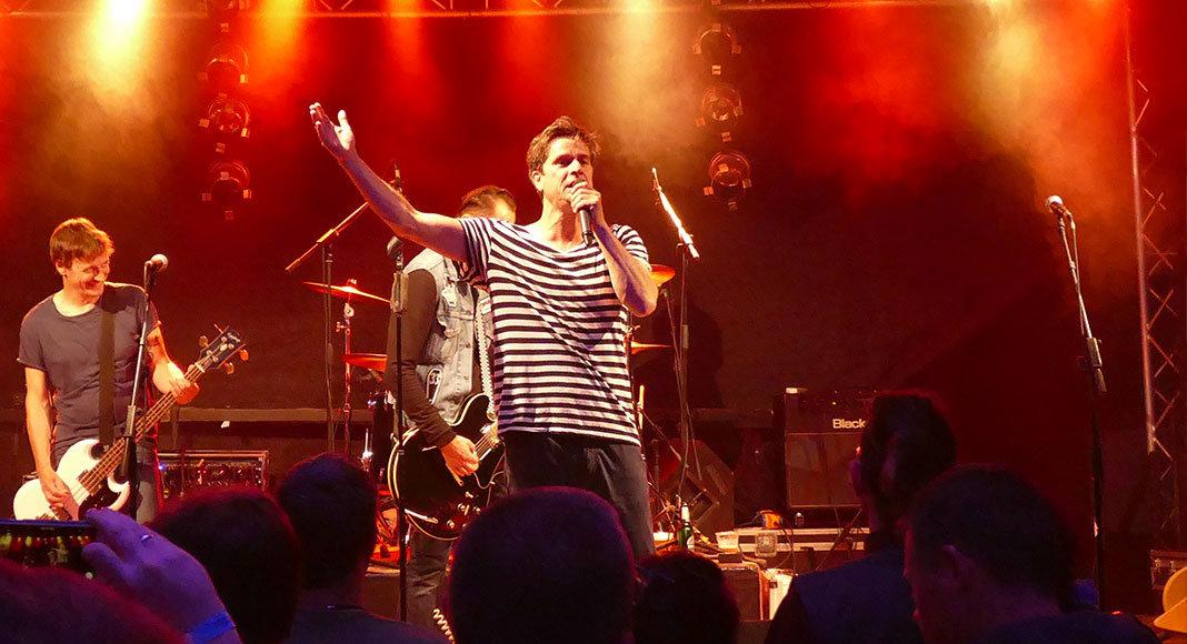 Frontmann Oliver Perau trat mit seiner Rockformation Terry Hoax im Rahmen des Flugkraft Festivals im Rathausinnenhof am 16. Juli 2016 in Wunstorf auf.