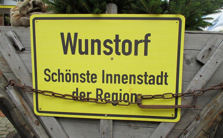 Fiktives Ortsschild am Eingang zur Fußgängerzone | Bild: Daniel Schneider