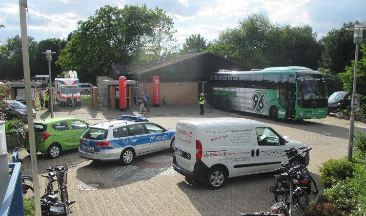 Der Mannschaftsbus von Hannover 96 vorm Barnestadion
