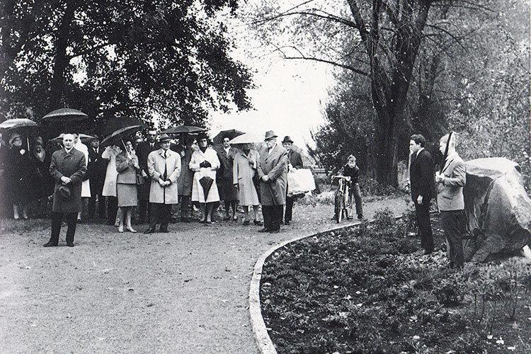 Fackelträger flankieren den Agnes-Miegel-Stein während der Ansprache von Otto Reimann zur Enthüllung des Denkmals im Jahre 1968| Foto: Heimatverein Wunstorf
