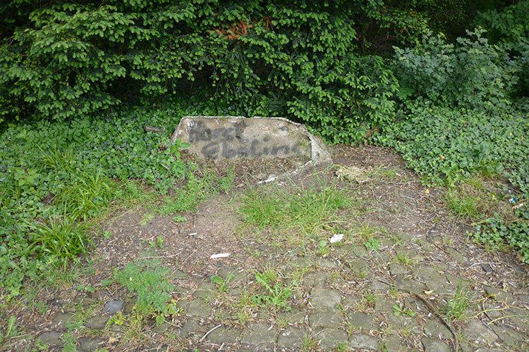 Überreste des entfernten Gedenksteins am 30.05.2016 | Foto: Mirko Baschetti