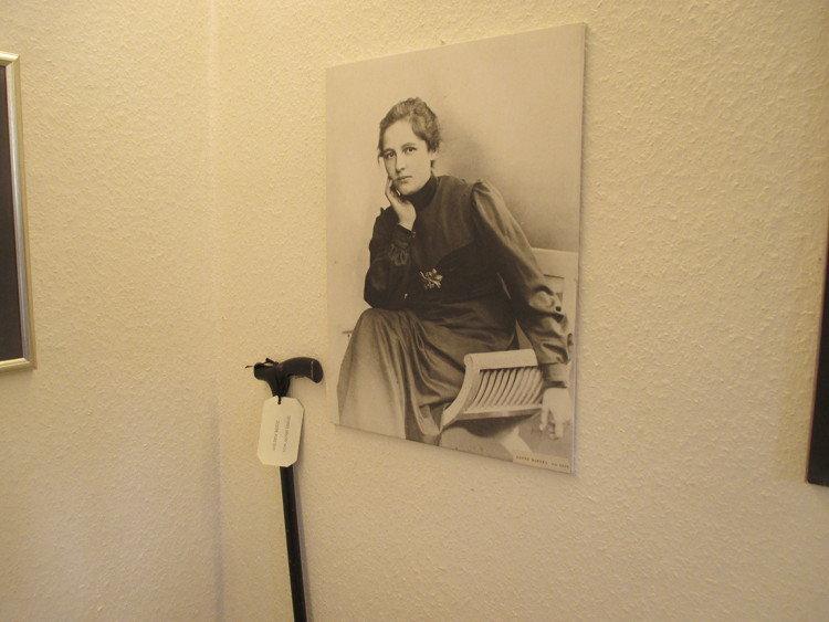 Porträt und Gehstock von Agnes Miegel | Foto: Daniel Schneider