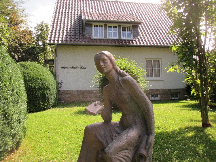 Miegel-Statue vor dem Agnes-Miegel-Haus | Foto: Daniel Schneider