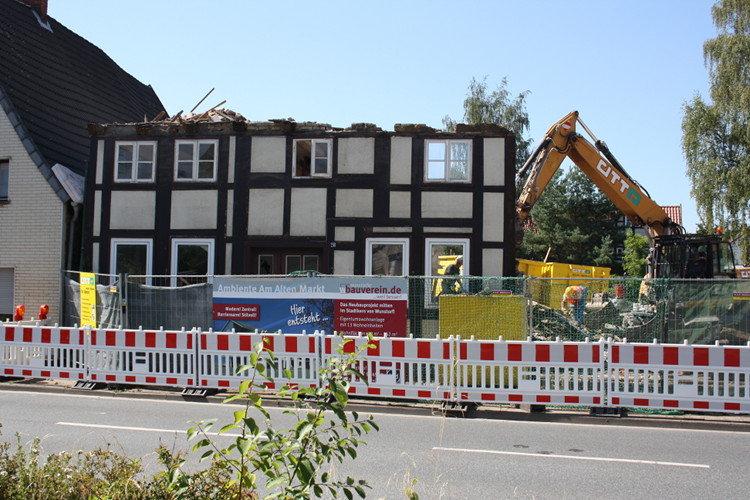 Zur Hälfte abgerissenes Wunstorfer Fachwerkhaus | Foto: Daniel Schneider