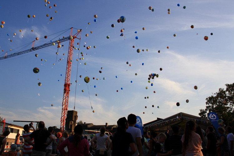 Die Ballons schweben in den Himmel | Foto: Daniel Schneider