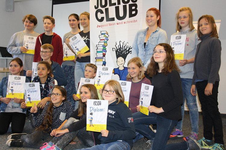 Jacqueline Schmidt (4. v. r.) und die diplomierten Club-Mitglieder | Foto: Daniel Schneider