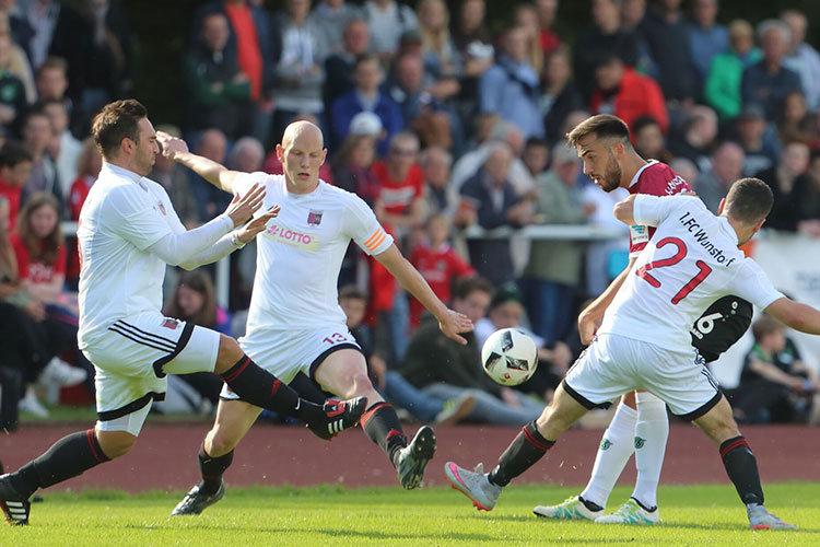Soviel Einsatz wie beim Testspiel am 6. Juli 2016 gegen Hannover 96 ist auch am Mittwoch gefragt. Hier bekämpften Julian Geppert, Sebastian Schirrmacher und Gürkan Öney den 96er Kenan Karaman. | Foto: 1.FC Wunstorf