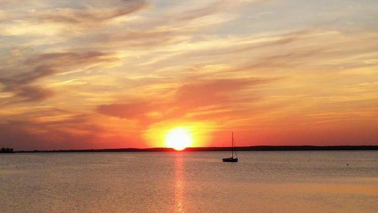 Boot auf dem abendlichen Steinhuder Meer | Foto: Manuela Köttelhön