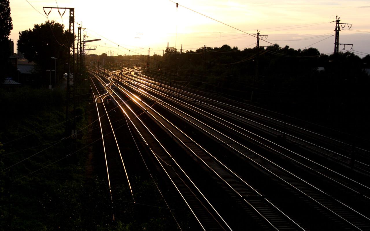 Die letzten Sonnenstrahlen des Tages verwandeln die Bahngleise vor dem Wunstorfer Bahnhof in ein goldenes Schienengeflecht | Foto: Daniel Schneider