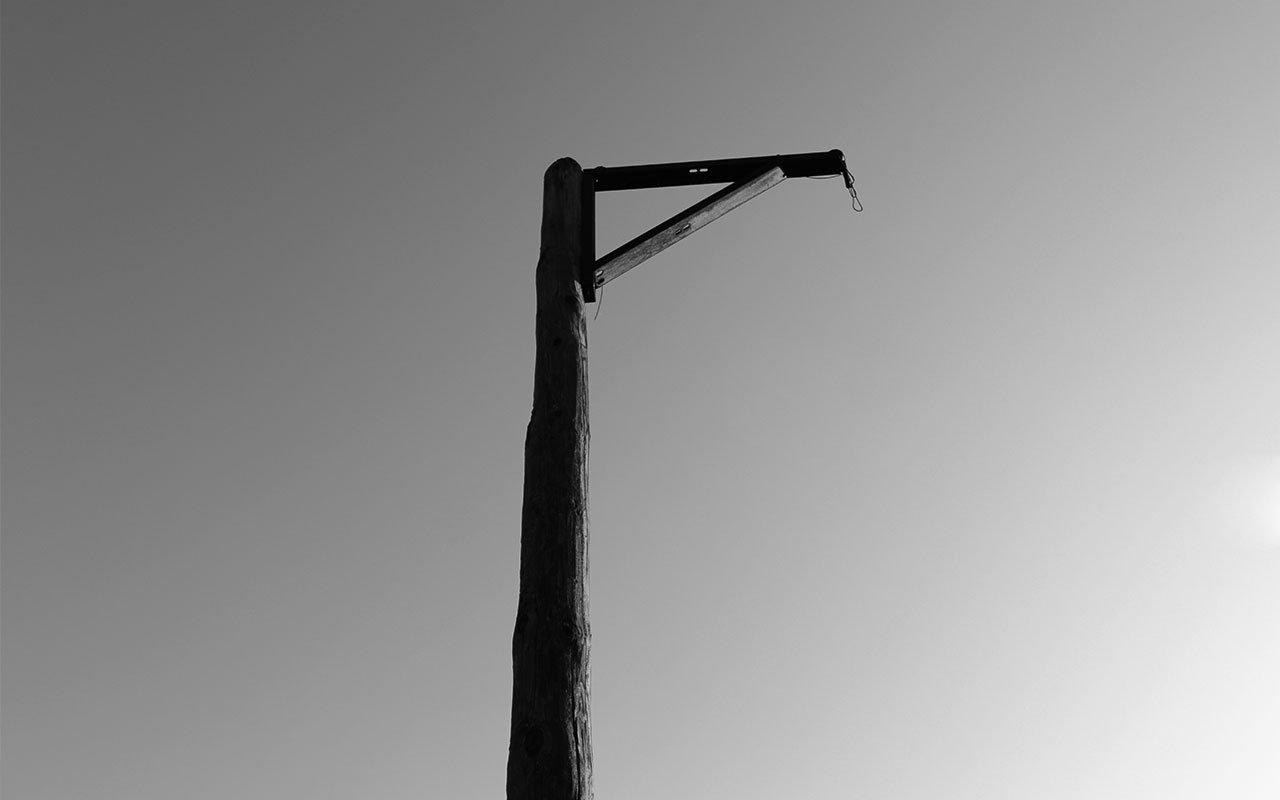 Nein, dies ist nicht etwa ein Relikt vergangener barbarischer Zeiten, sondern das scheinbar ungenutzte Kopfballpendel auf dem Jahnsportplatz | Foto: Mirko Baschetti
