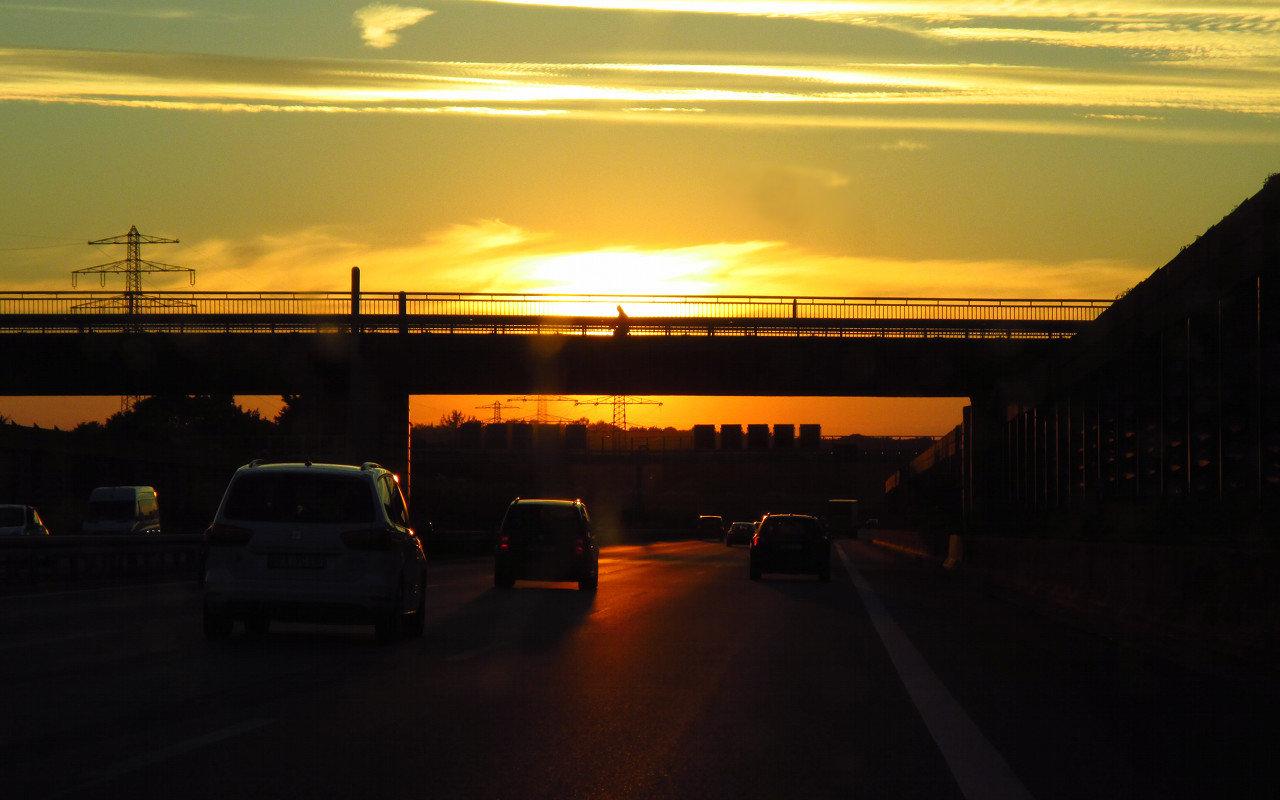 Detroit-Feeling auf der A2, unterwegs nach Wunstorf. Dort, wo die Sonne gerade unterzugehen scheint, wartet die Auestadt. | Foto: Melanie Lerch