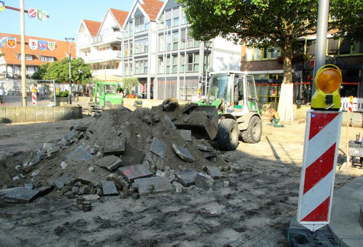Die alten Bodenplatten werden auf einen Haufen gebaggert | Foto: Daniel Schneider