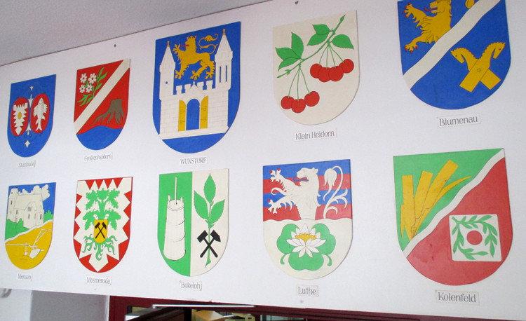 Die Wappen der Ortsteile Wunstorfs über dem Eingang des Heimatvereins | Foto: Daniel Schneider