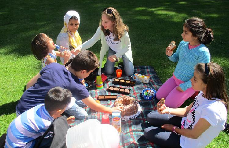 Flüchtlingskinder beim Picknick | Foto: Die Johanniter