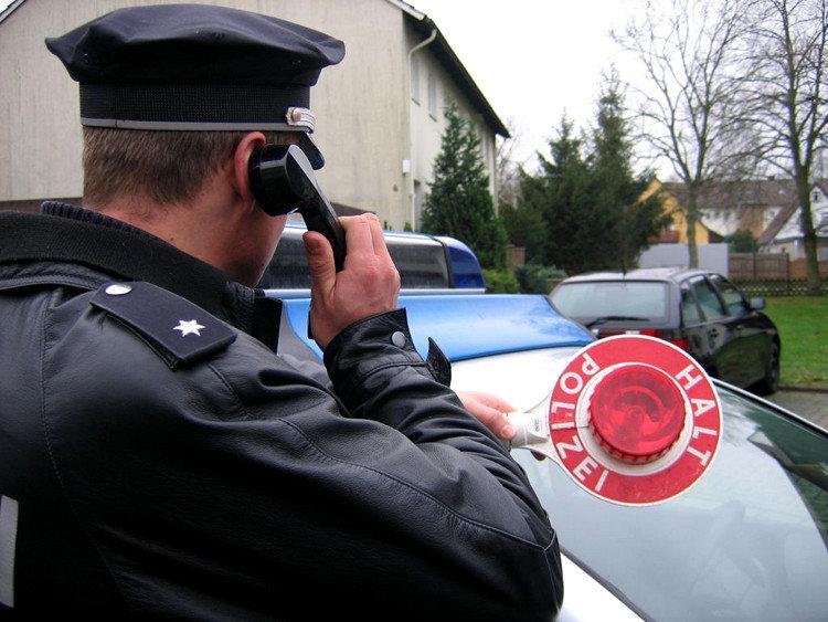 Symbolbild: Echter Beamter mit Anhaltekelle | Foto: Polizeiinspektion Nienburg/Schaumburg