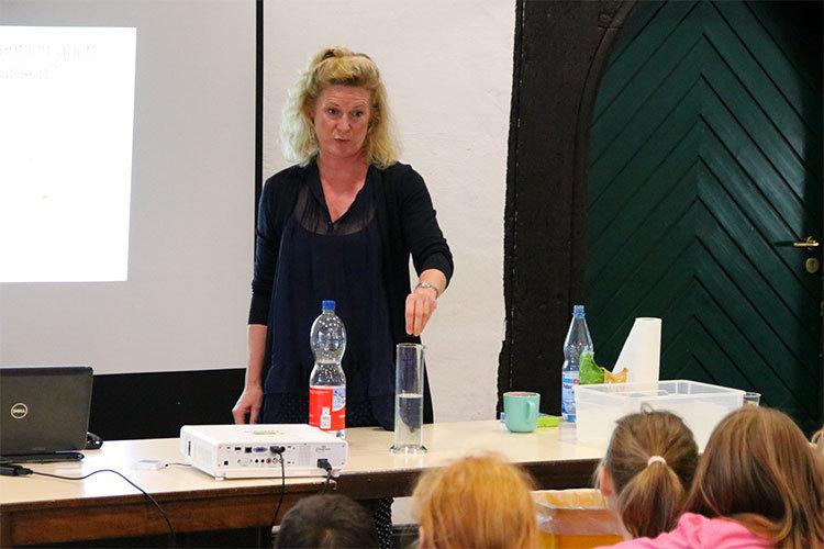 Dr. Sabine Dahm bei einem Experiment mit Kindern in der Abtei | Foto: Mirko Baschetti