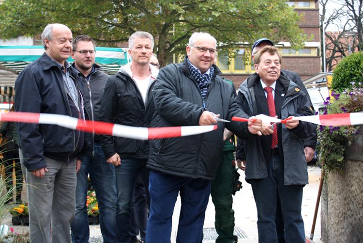 Bürgermeister Eberhardt und Ortsbürgermeister Silbermann durchschneiden gemeinsam das symbolische Absperrband | Foto: Daniel Schneider