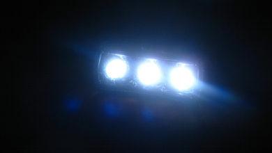 Bild von Viele Fahrzeuge ohne Licht im Dunkeln auf der Straße unterwegs