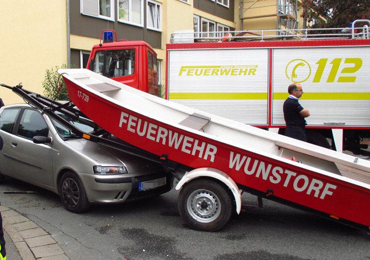 Windschutzscheibe und Motorhaube des Fiats sind beschädigt | Foto: Daniel Schneider