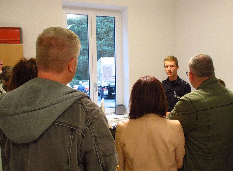 Die Besucher lauschen interessiert den Ausführungen der Beamten   Foto: Daniel Schneider