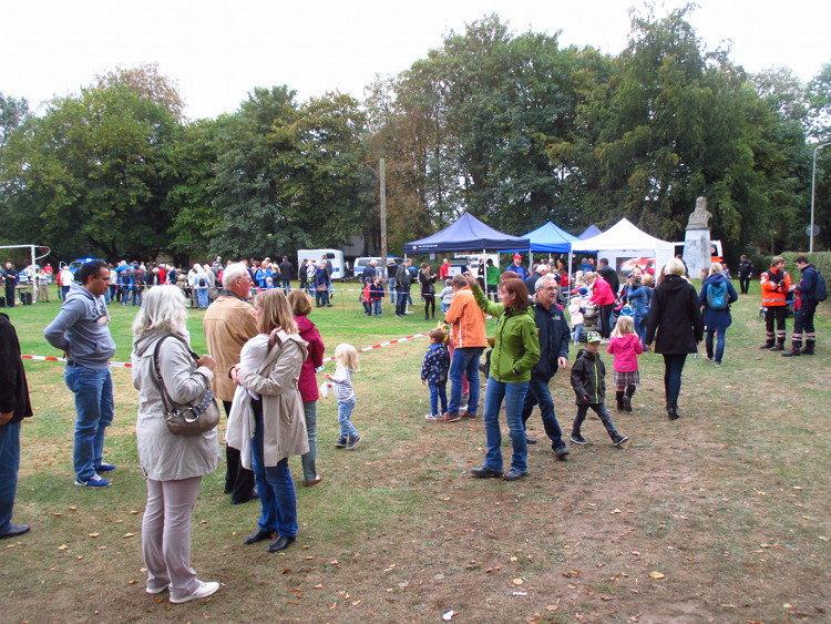 Viele Besucher auch auf dem Jahnplatz gegenüber   Foto: Daniel Schneider