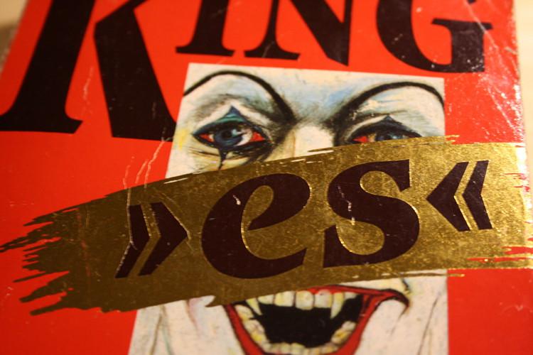 """Gilt als Begründer der Clowns-Hysterie: Stephen Kings Roman """"es""""   Foto: Daniel Schneider"""