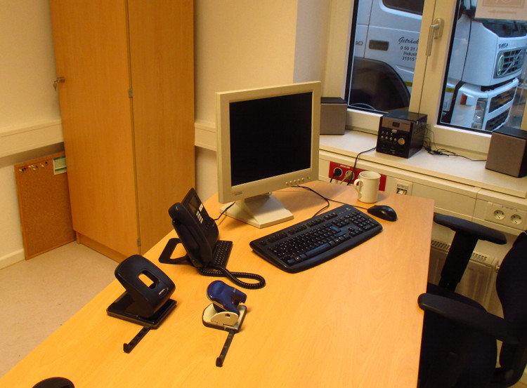 Gebrauchte Schränke und IT-Technik, aber dafür deutlich wärmere Farben im Standard-Dienstzimmer   Foto: Daniel Schneider