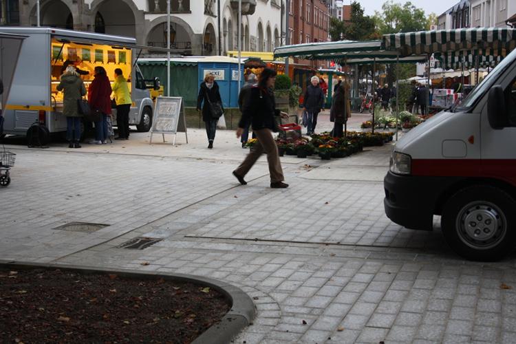 Schon wieder stark beansprucht: der neue Marktplatz mit frischem Sandsteinpflaster trägt die ersten Reifenspuren | Foto: Daniel Schneider