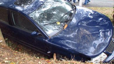 Photo of Autofahrer fährt gegen Baum und Zaun