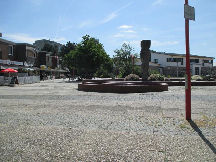 Barneplatz mit Brunnen und Skulptur