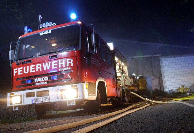 Feuerwehrfahrzeug mit Blaulicht bei Nacht