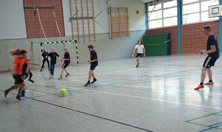 Die Jugendfeuerwehr Hagenburg spielt gegen den Turniersieger aus Wiedenbrügge/Bergkirchen | Foto: privat