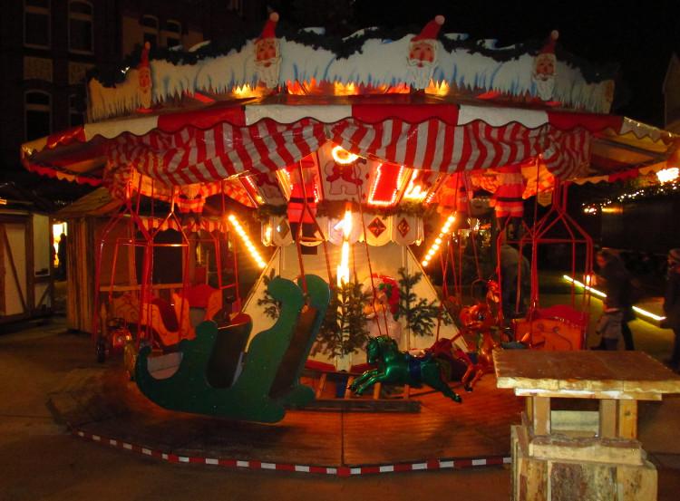 Das Kinderkarussell auf dem Wunstorfer Weihnachtsmarkt während des Aufbaus | Foto: Daniel Schneider