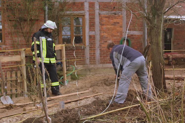 Die beschädigte Gasleitung wird vorsichtig freigelegt   Foto: Feuerwehr Sachsenhagen