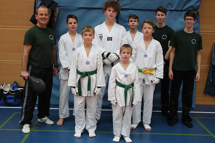 Trainer Dirk Kribbe (links) war sichtlich stolz auf den Medaillenregen seiner Schützlinge | Foto: privat