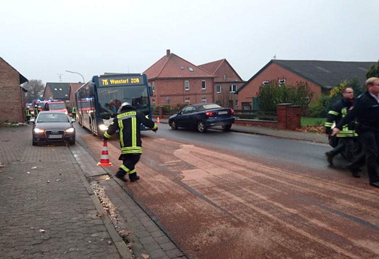 Kraftstoff war großflächig ausgelaufen | Foto: Feuerwehr Hagenburg
