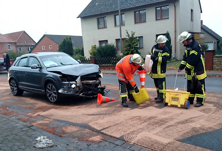 Die Hagenburger Feuerwehr sichert den gebundenen Kraftstoff neben dem zerstörten Audi Q3 | Foto: Feuerwehr Hagenburg