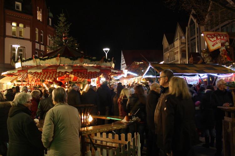 Viel Andrang schon am ersten Tag auf dem Weihnachtsmarkt | Foto: Daniel Schneider