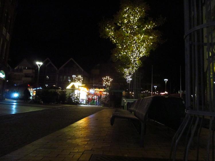 Illuminierte Bäume vor dem südlichen Eingang zum Wunstorfer Weihnachtsmarkt. Hier trifft man zuerst auf Schmalzkuchen und Crêpes | Foto: Daniel Schneider